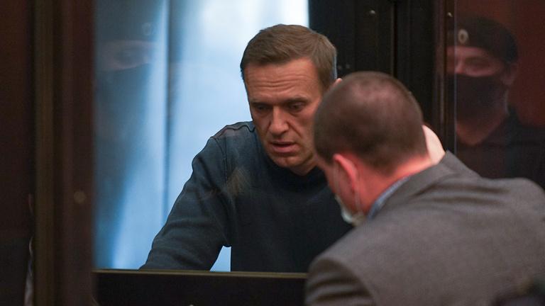 Elítélték Alekszej Navalnijt, két és fél év büntetőtábor vár rá