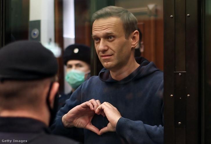 Alekszej Navalnij szívet mutat tárgyalásán, 2020. február 2-án