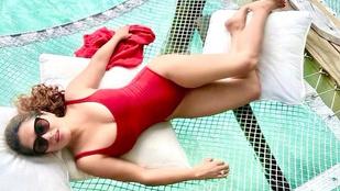 Salma Hayek tavaly kicsit meghízott, de amióta visszafogyott, bikiniben osztja a szeretetét