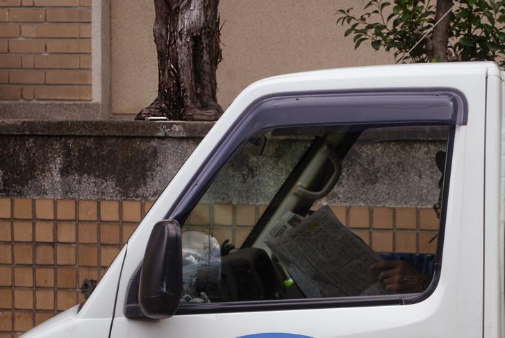 Báttya-san egy dobozos Suzuki Carry-ben szörföl.