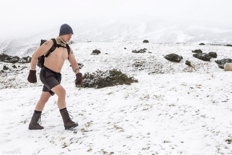 A személyi edzőként dolgozó Carstairs egy túra alkalmával körülbelül 16 kilométert tesz meg.