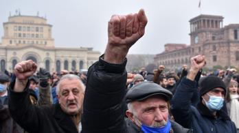 Ellenzékiek tüntetnek az örmény parlament épületénél, előállítottak egy képviselőt