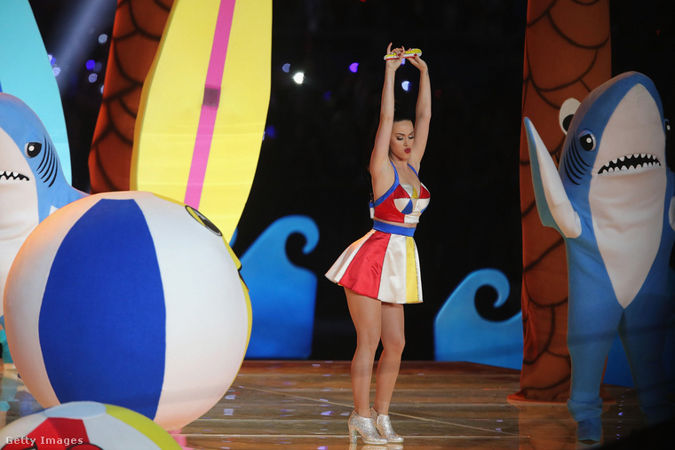 2015-ben Katy Perry ugyancsak igyekezett kitenni magáért, de ő a szexi vonal helyett a színes-szórakoztatót vitte