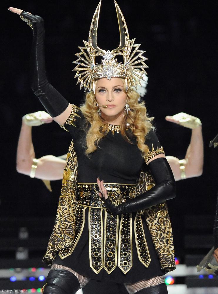 Nyugodt szívvel le merjük írni, hogy 2012-es fellépésén az akkor 54 éves Madonna szuper formában volt, a ruhája is a dögös ízléses felén maradt, és a mozgása is fénykorát idézte.