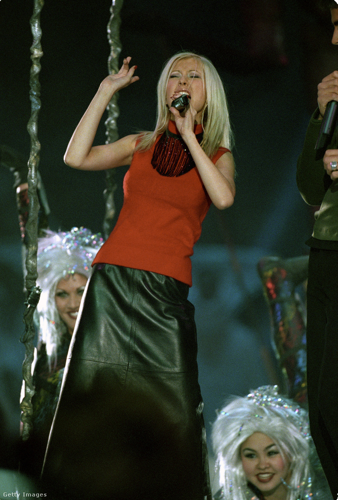 A következő évben egy Disney-témájú félidei műsor volt hivatott szórakoztatni a nézőket, olyan fellépőkkel, mint Christina Aguilera, aki a linkelt videó második percénél lép be a képbe