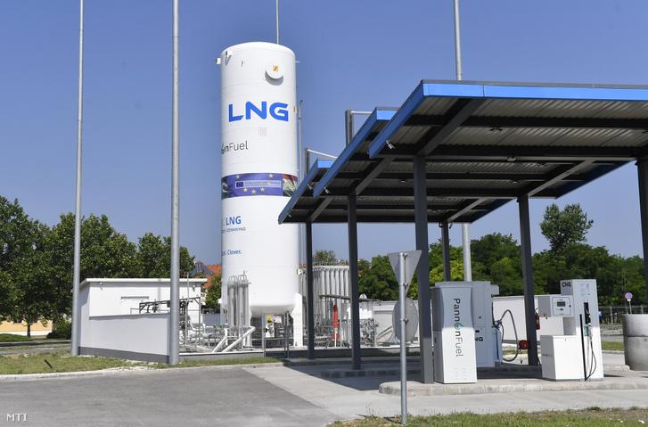 Magyarország első a hazai fuvarozóknak kialakított cseppfolyósított földgázt (LNG) kínáló üzemanyagtöltő állomása Szigetszentmiklóson az M0-s körgyűrű 19-es kilométerénél található pihenőnél, 2019. június 25-én