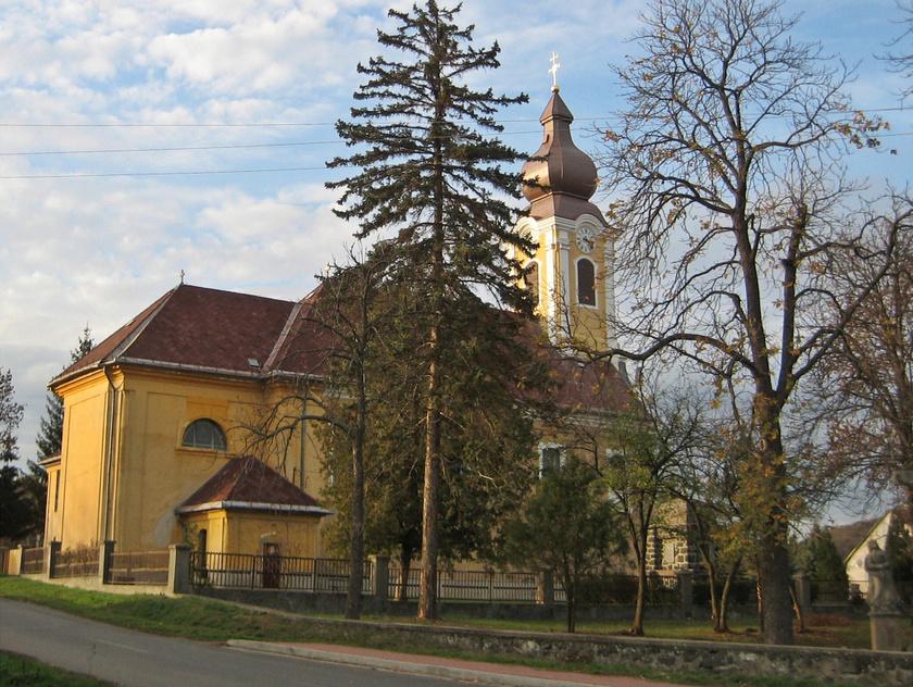 Buják gyönyörű fekvésű falu, körös-körül a cserháti lankákkal, a település központjában pedig az 1700-as években épült Tours-i Szent Márton-templommal.