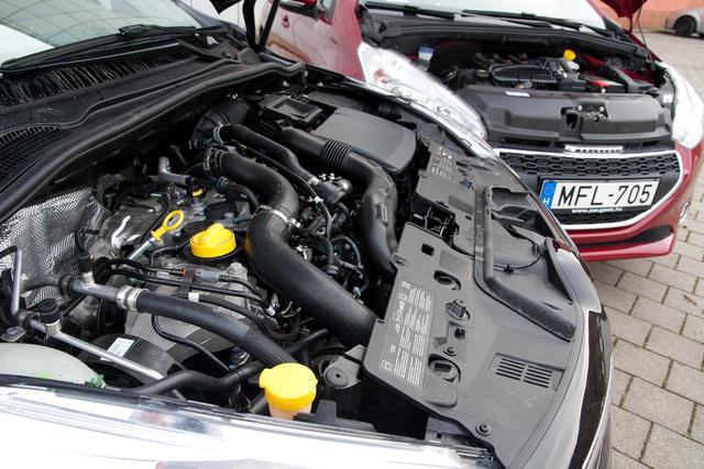 A Renault lényegében az 1,2-es turbómotort rövidítette meg 900 köbcentisre, a Peugeot-é tök új