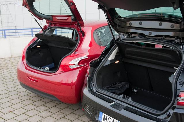 A Clio alapból 15 literrel nagyobb, de fullra bővítve már 70 literrel tágasabb (1146 l)