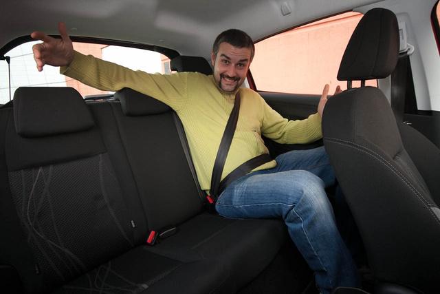 Egyértelműen a Peugeot alkalmasabb hátsó utasok szállítására