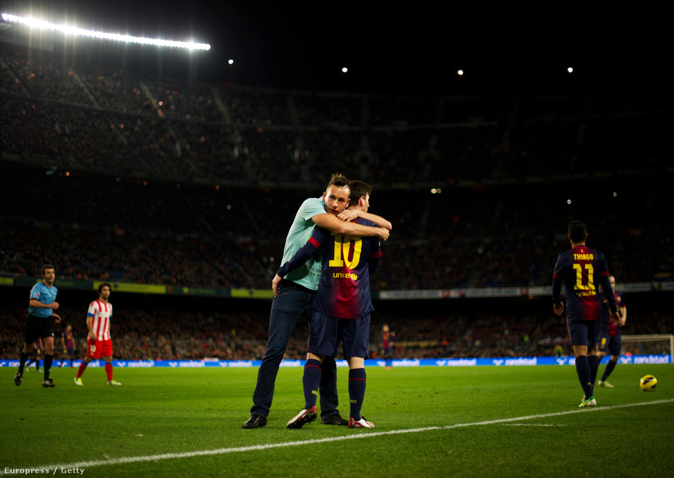 Pályára befutó szurkoló öleli át Lionel Messit a Nou Campban december 16-án. Messi idén megdöntötte Gerd Müller rekordját, 91 góllal zárta a naptári évet.