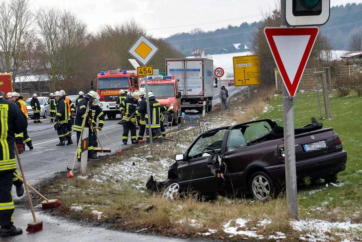 Háromszög mögül csak óvatosan! Ha baleset történik, csak te lehetsz a hibás                         Forrás: Anne Quehl