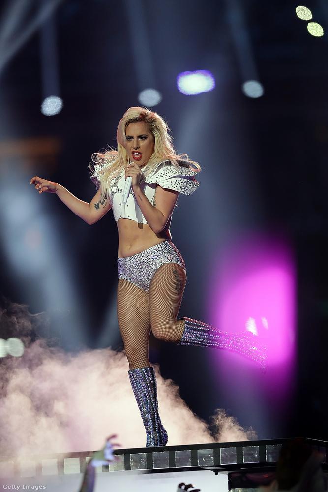 """2017-ben Lady Gaga a stadion tetején kezdte az éneklést, aztán leugrott - ennél elegánsabban nem lehet kikerülni a """"min vonuljak be"""" kérdéskört"""