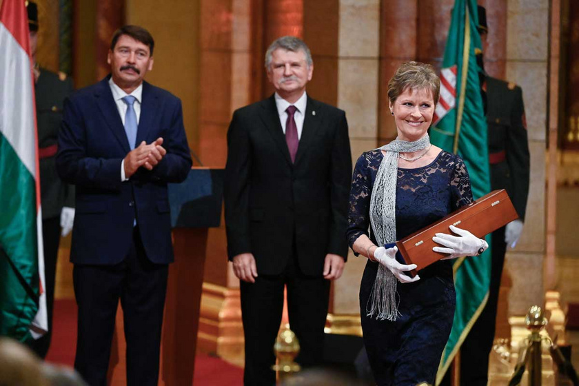 Sunyovszky Sylvia 2020. augusztus 19-én, miután átvette a Kossuth-díjat Áder János köztársasági elnöktől az Országház kupolacsarnokában.