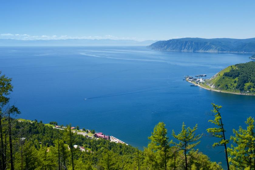 A Bajkál-tó valóban hatalmas: 23 013 köbkilométer vizet foglal magában, felülete 31 722 négyzetkilométeres, mélysége 1632 méter, hossza pedig 640 kilométer.