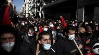 Könnygázzal oszlatják a görög diáktüntetéseket