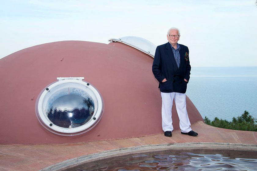 Az Antti Lovag által tervezett villa 1975 és 1989 között épült, első tulajdonosa egy francia iparos volt, akinek 1991-ben bekövetkezett halálakor Pierre Cardin divattervező (a fotón) nyaralóként vásárolta meg az ingatlant.