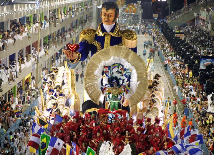Simón de Bolívar, sőt Che Guevara arcképét hordozó élőkép Rióban a karneválon 2006-ban