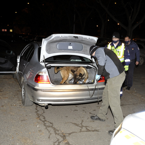 A kocsit a rendőrök alaposan átkutatták.