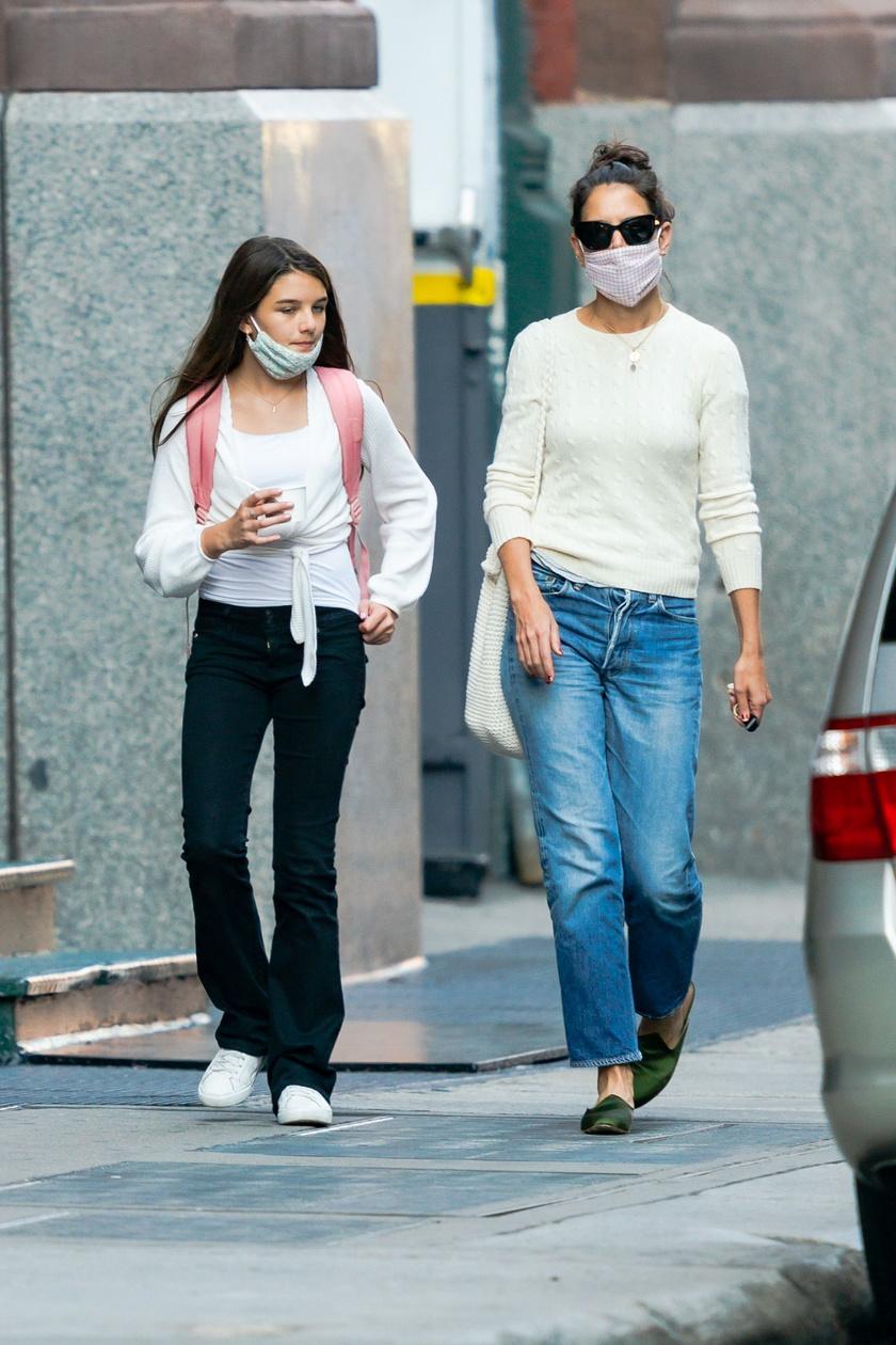Suri Cruise édesanyjával él együtt New Yorkban.