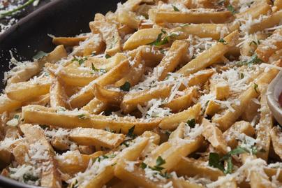 Tepsiben sült krumplihasábok parmezánnal és fokhagymával - Izgalmas, isteni köret