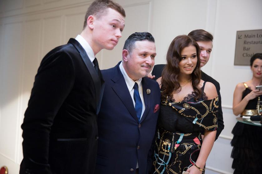 Galambos Lajos három gyermekével 2018 februárjában a Story-gálán.