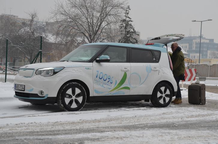 Dolgok, amiket normális ember nem csinál: indulás szakadó hóesésben, 800 kilométerre, villanyautóval