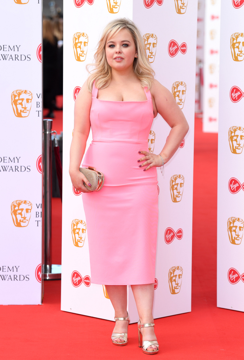 Nicola Coughlan imádja a nőies rózsaszín különböző árnyalatait, gyakran látni ilyen ruhákban. Ez a testhezálló darab modern és szexi is egyben.