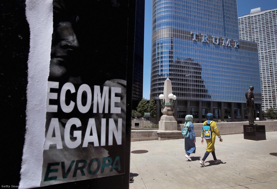 Identity Evropa-plakát a Trump Tower mellett Chicagóban 2016-ban