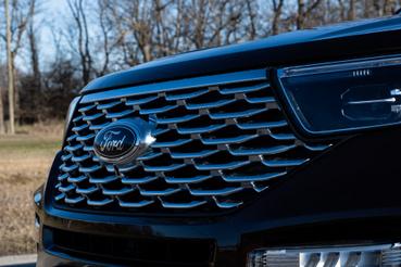 Bődületes Ford jelvény a nagy rács közepén, de a motortér bentről nyitható, karral