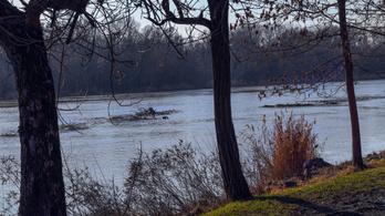 Árad a Tisza, nagy mennyiségű kommunális hulladékot hoz a víz