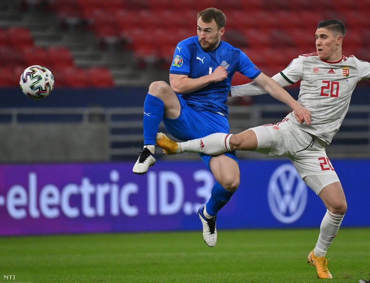 Sallai Roland (j) és az izlandi Rúnar Már Sigurjónsson a Magyarország–Izland labdarúgó-Európa-bajnoki pótselejtező mérkőzésen a Puskás Arénában 2020. november 12-én