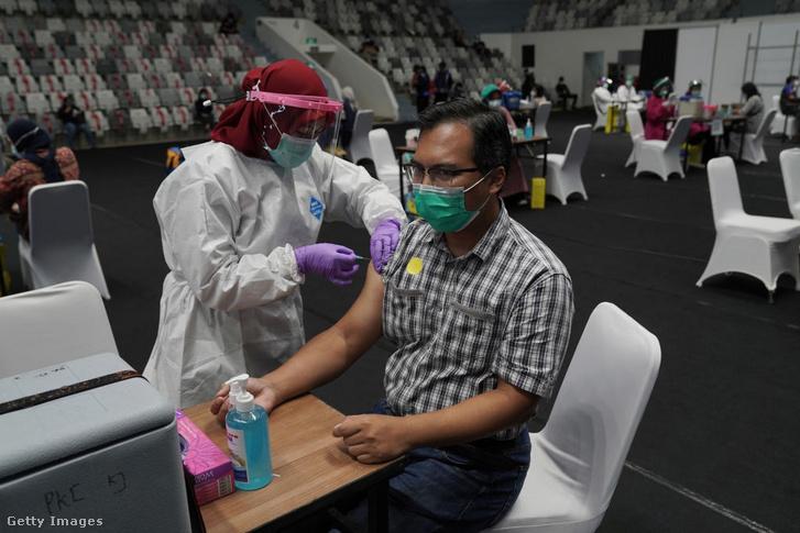 Egészségügyi dolgozók oltása Indonéziában