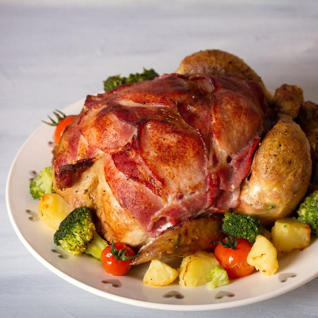 Egészben sült csirke baconbe tekerve: vele sülnek a zöldségek is