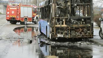 Égő buszt oltottak a Savoya Parknál