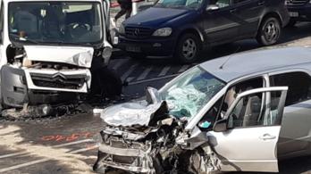 Frontális karambol a pesti alsó rakparton, mindkét jármű sofőrje súlyosan megsérült