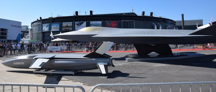 Az NGF életnagyságú modellje mellett a vele együttműködő, szintén lopakodó drónmodellje