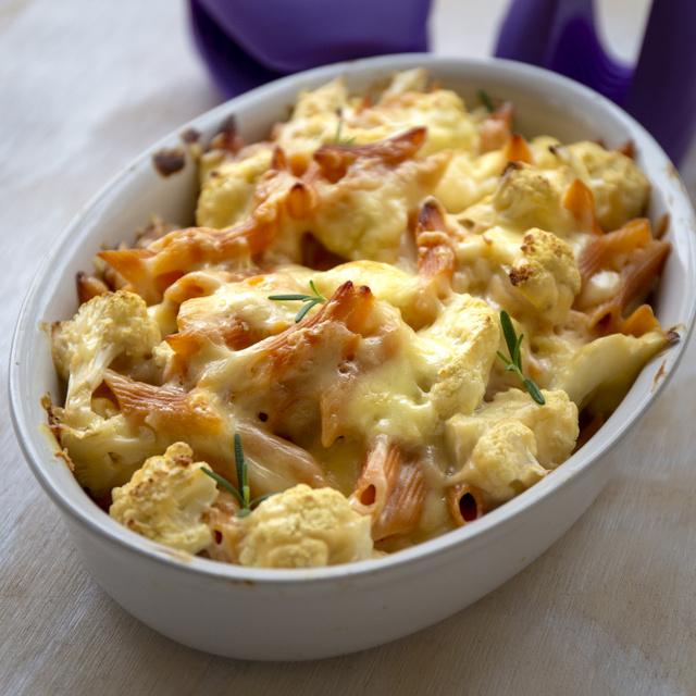 Karfiolos penne tejszínes, fokhagymás szószban sütve, kétféle sajttal