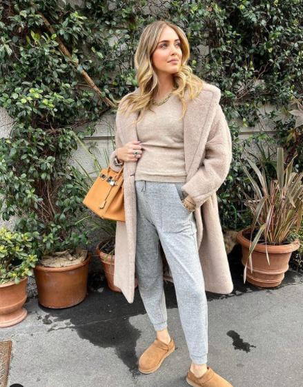 A híres blogger, Chiara Ferragni imádja a melegítőszetteket, várandósan pedig főleg szívesen bújik hasonló, kényelmes összeállításokba. Ez a szürke-bézs kombináció sikkes és laza, a táska, az ékszerek pedig egy picit elegánsabbá teszik.