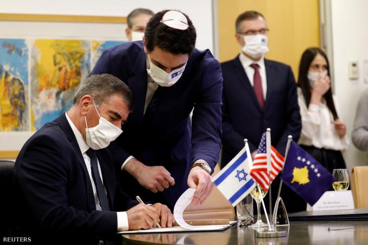 Gabi Ashkenazi izraeli külügyminiszter aláírja az Izrael és Koszovó közötti diplomáciai kapcsolatok létrehozásáról szóló megállapodást 2021. február 1-jén, Jeruzsálemben