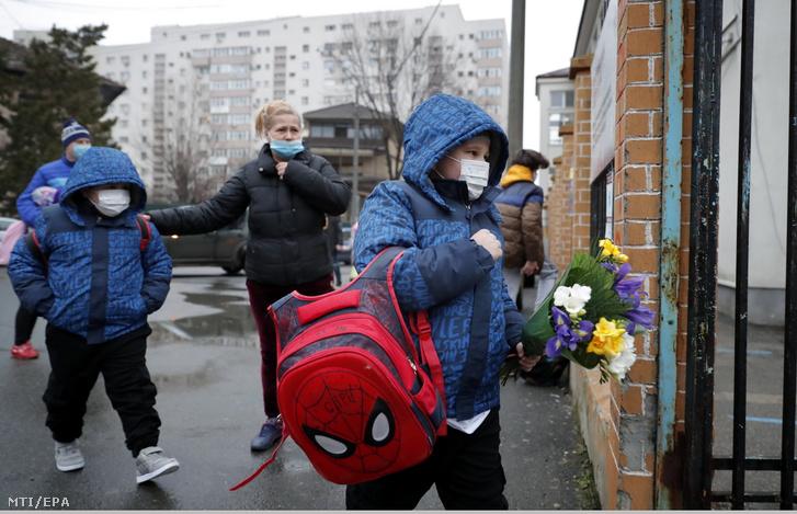 Gyerekek egy bukaresti iskolába érkeznek 2021. február 8-án, amikor a koronavírus-járvány miatt bevezetett korlátozások enyhítéseként újrakezdődik a tanítás az általános iskolákban azokon a romániai településeken, ahol a fertőzöttség lakosságarányosan nem ér el egy bizonyos szintet.