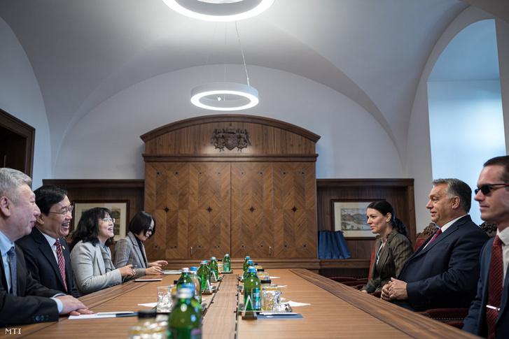 Orbán Viktor kormányfő (j) és Hszü Ning-seng, a sanghaji központú Fudan Egyetem rektora (b2) tárgyal a karmelita kolostorban 2019. október 31-én