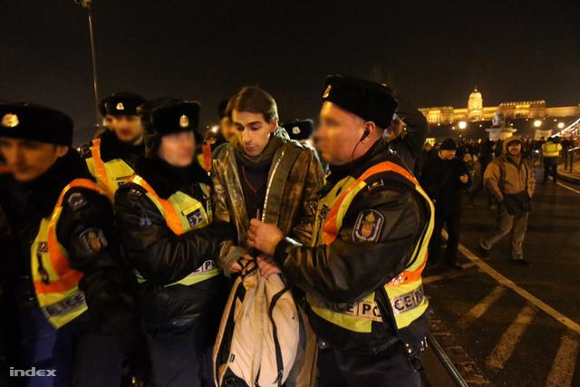 A rendőrök igazoltatással próbáltak lazítani a tömegen, egy diákot elő is állítottak és egy rendőrautóba tuszkoltak.