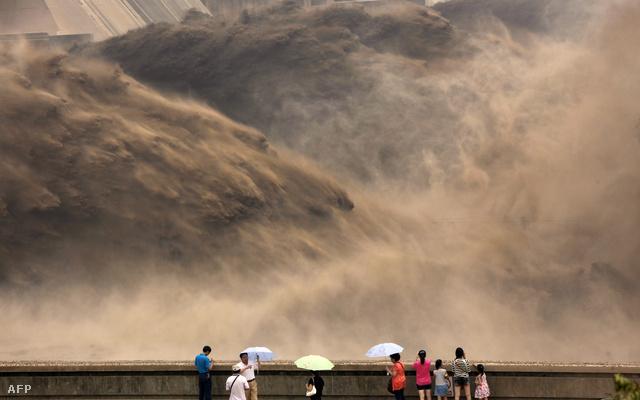 Kinyitják a Xiaolangdi gát zsilipeit. A hirtelen letóduló vízzel tisztítják a Sárga-folyót Kínában - Nagykép a kínai gazdaságról