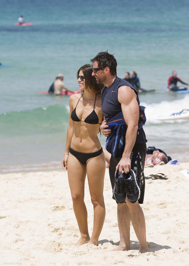 2. Hugh Jackman készségesen fényképezkedik egy rajongóval