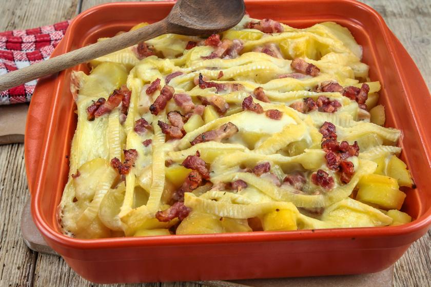Tepsis hagymás krumpli sok sajttal és ropogós baconnel a tetején