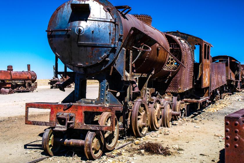 A vonattemető, ahol számos mozdony sorakozik, Uyunitól mintegy 3 kilométerre található. A város a múltban kiemelten fontos közlekedési csomópontnak számított Dél-Amerikában. A vasúti hálózat kiépítése, bővítése az 1980-as évek végén kezdődött brit mérnökök segítségével.