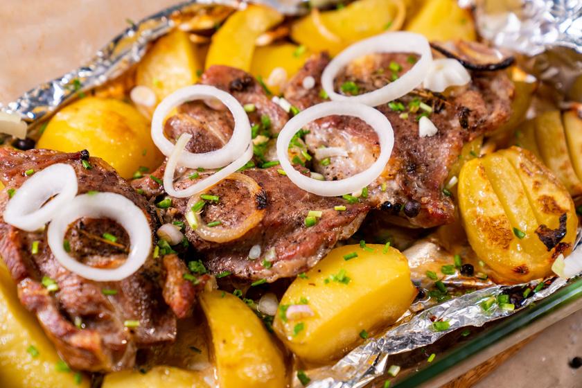Hagymás tepsis tarja velesült krumplival: a páctól lesz igazán finom