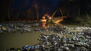 Feljelentést tett a Jobbik a Tiszán érkező kommunális hulladék miatt
