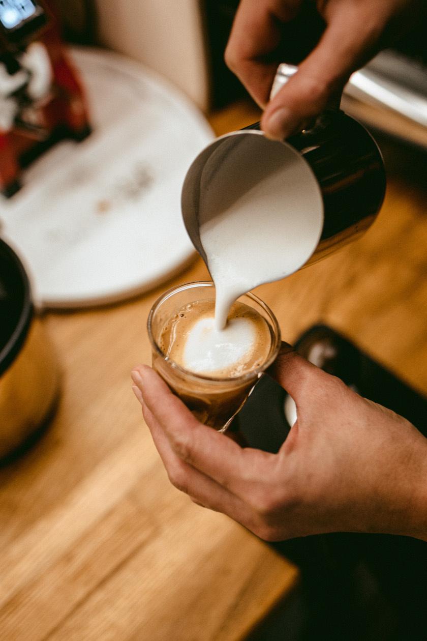 kávé katica álló